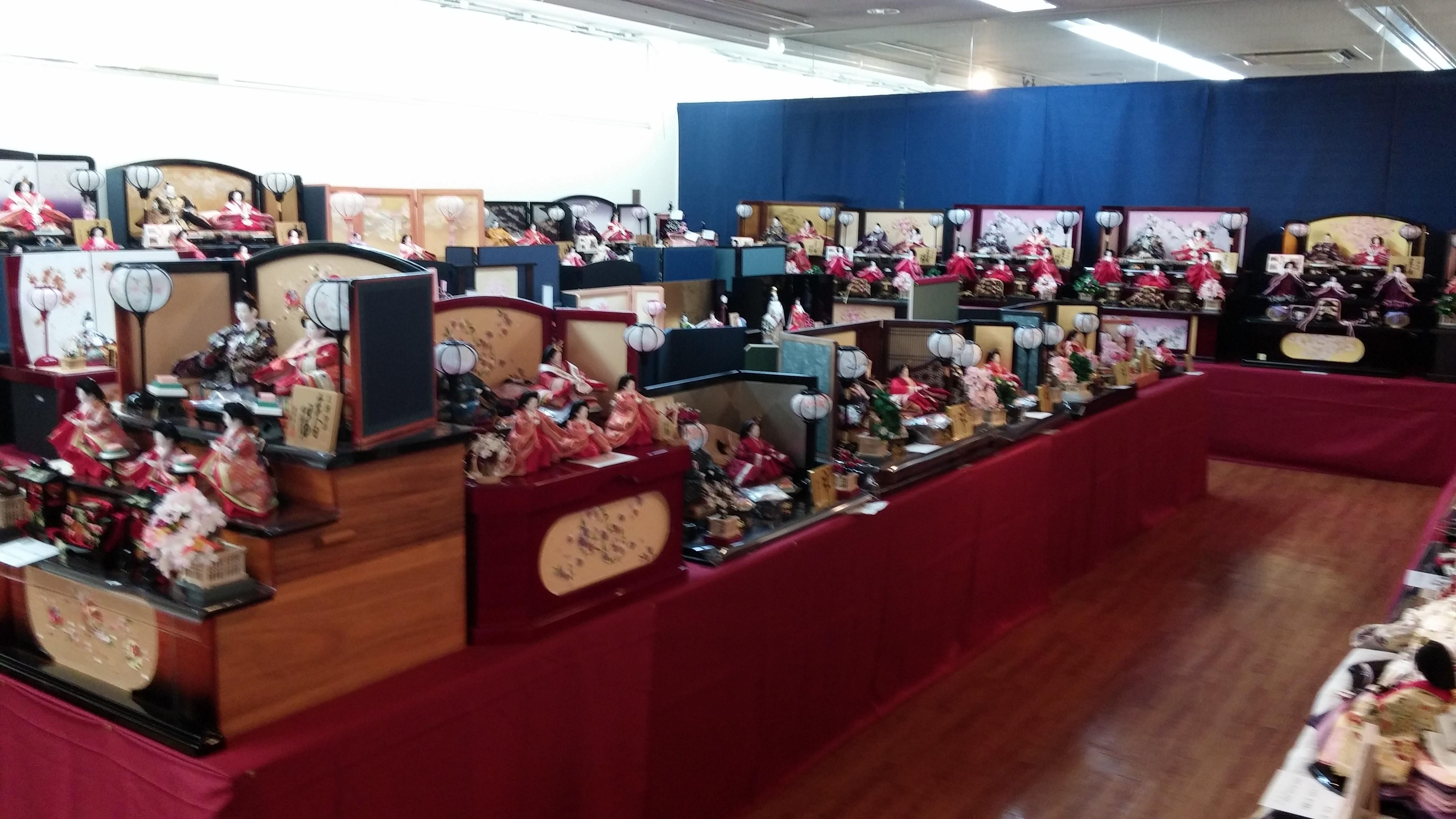 一二の三段飾り、親王飾り、収納飾り、昨年より売り場も広くなり、沢山展示してあります。