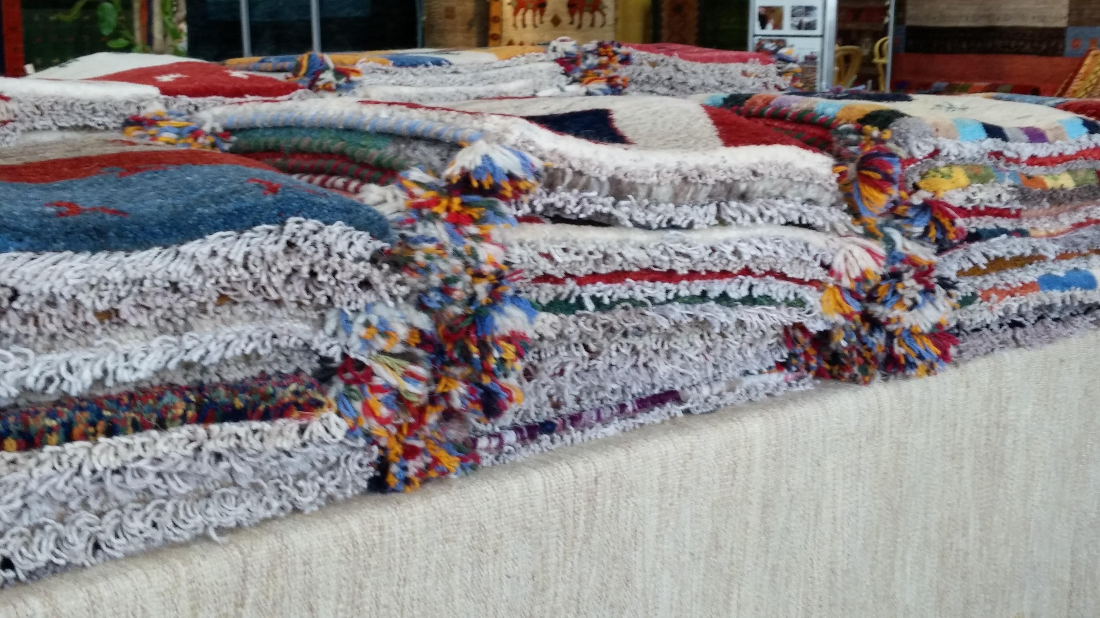 ギャベとはイランの遊牧民族が家族や大切な人を想いながら手織りする伝統的な絨毯です