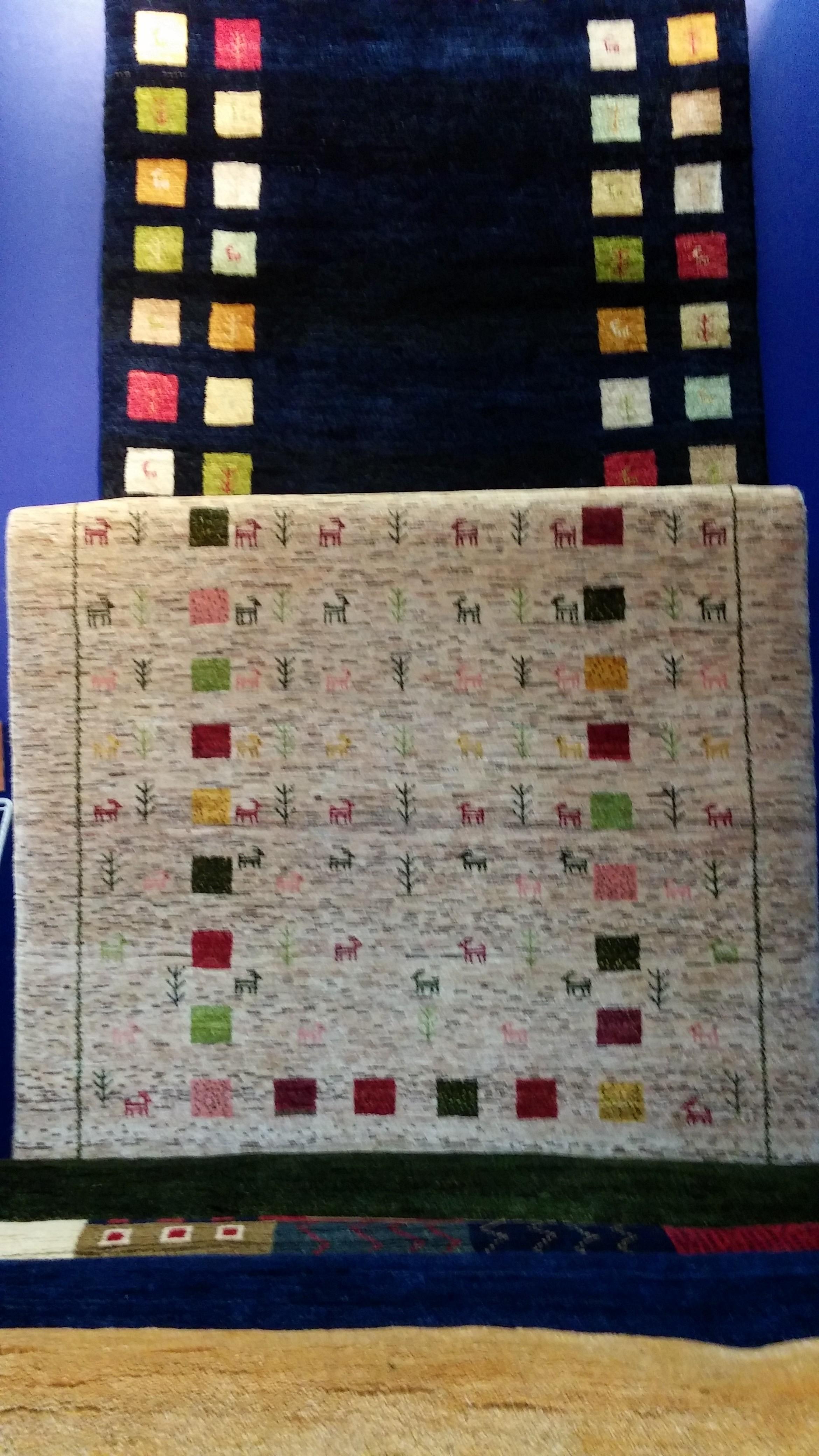 手織りですので、同じ柄のジュウタンは一枚もありません