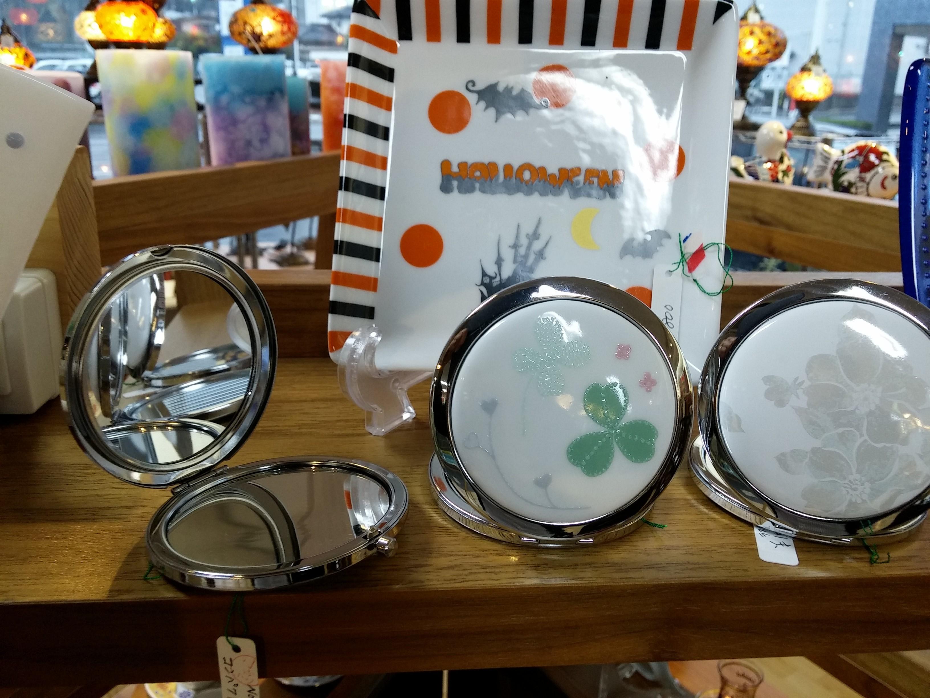 コンパクトミラーやハロウィンのお皿